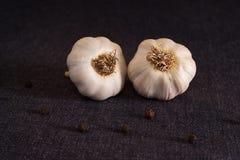 Foglia, cipolla ed aglio di alloro sul piano d'appoggio scuro del tessuto Preparato asciutto delle spezie Fotografia Stock Libera da Diritti