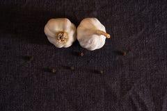 Foglia, cipolla ed aglio di alloro sul piano d'appoggio scuro del tessuto Preparato asciutto delle spezie Immagini Stock