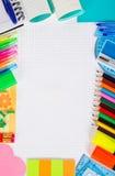 Foglia del quaderno in gabbia e nell'insieme delle merci dell'ufficio Immagine Stock