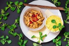 Foglia del riso fritto della curcuma e del tacchino e della lattuga di molti lambimmagini stock libere da diritti