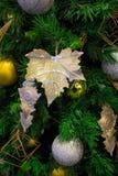 Foglia di acero d'argento su un albero di Natale Fotografie Stock