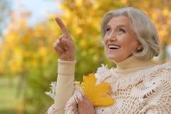 Foglia di autunno della tenuta della donna Immagini Stock Libere da Diritti