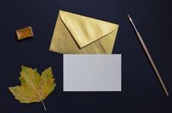 Foglia di autunno su fondo nero con l'invito della carta e dorato Immagini Stock Libere da Diritti