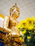 Foglia di oro sulla statua di Buddha a Wat Chaiyamangalaram Penang Malaysia Fotografia Stock