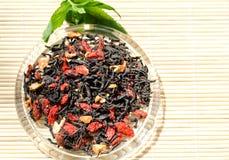 Foglia di tè con le bacche di Goji immagine stock