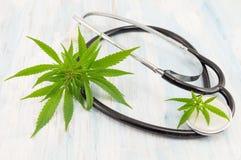 Foglia e stetoscopio della marijuana Medicina alternativa Fotografie Stock Libere da Diritti