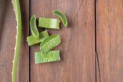 Foglia fresca di Aloevera su fondo di legno Immagine Stock