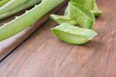 Foglia fresca di Aloevera su fondo di legno Fotografie Stock