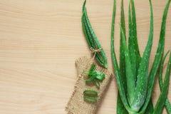 Foglia fresca sulla tavola di legno, aloe vera di Aloevera su tabl di legno Immagine Stock Libera da Diritti