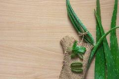 Foglia fresca sulla tavola di legno, aloe vera di Aloevera su tabl di legno Fotografia Stock Libera da Diritti