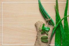 Foglia fresca sulla tavola di legno, aloe vera di Aloevera su tabl di legno Immagine Stock