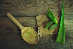 Foglia fresca sulla tavola di legno, aloe vera di Aloevera su tabl di legno Fotografie Stock