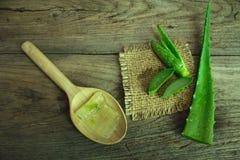 Foglia fresca sulla tavola di legno, aloe vera di Aloevera su tabl di legno Immagini Stock