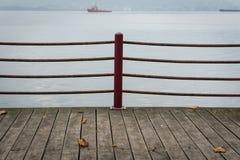 Foglia sbiadita sulle piastrelle per pavimento di legno in spiaggia fotografia stock