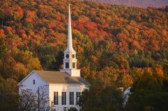 Fogliame di caduta dietro una chiesa rurale del Vermont Fotografia Stock