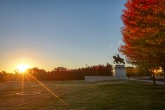 Fogliame di caduta e di alba su Art Hill, St. Louis, Missouri fotografie stock libere da diritti