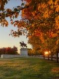 Fogliame di caduta e di alba su Art Hill, St. Louis, Missouri immagini stock libere da diritti