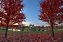 Fogliame di caduta intorno al palco dell'orchestra di Forest Park a St. Louis, Missouri fotografia stock libera da diritti