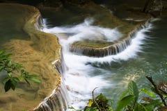 Foglie bianche dello zampillo della cascata Fotografia Stock Libera da Diritti