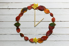 Foglie degli orologi su un fondo di legno bianco Immagine Stock Libera da Diritti