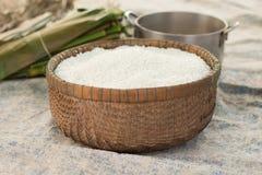 Foglie del canestro e della banana del riso per la fabbricazione dei dolci di riso asiatici cambogiani Fotografia Stock