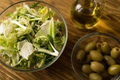 Foglie dell'insalata con le olive e l'olio Fotografia Stock Libera da Diritti