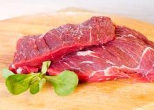 Foglie della bistecca e dell'insalata di manzo Immagine Stock