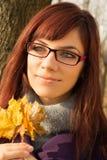 Foglie della tenuta della giovane donna Fotografie Stock