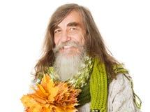 Foglie di acero senior felici di giallo di autunno della tenuta dell'uomo anziano Fotografie Stock Libere da Diritti