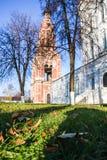 Foglie di autunno e una vecchia chiesa Immagini Stock Libere da Diritti