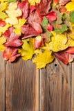Foglie di autunno sulla tavola Fotografia Stock Libera da Diritti