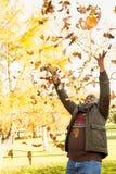 Foglie di lancio dell'uomo anziano felice intorno Fotografie Stock Libere da Diritti