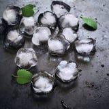 Foglie di menta e del ghiaccio su un fondo nero Immagini Stock
