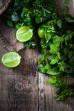 Foglie di menta fresca erba e calce sulla tavola di legno scura Vista superiore Fotografie Stock Libere da Diritti