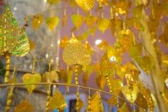 Foglie di pho dell'oro che appendono sull'albero dorato Fotografia Stock