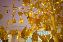 Foglie di pho dell'oro che appendono sull'albero dorato Immagini Stock Libere da Diritti
