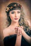 Foglie di salto del ritratto della donna di autunno Immagini Stock Libere da Diritti