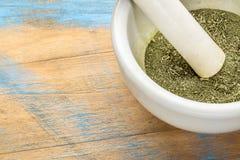 Foglie di stevia schiacciate in mortaio Immagine Stock