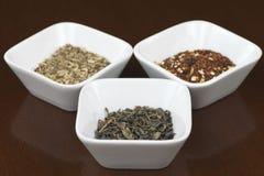 Foglie di tè asciutte in piatti quadrati Fotografie Stock Libere da Diritti