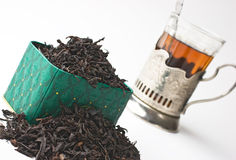 Foglie di tè asciutte in una casella fotografie stock libere da diritti