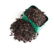 Foglie di tè asciutte in una casella immagini stock