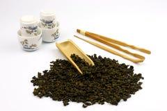 Foglie di tè cinesi con fondo bianco Fotografie Stock Libere da Diritti