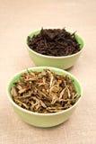 Foglie di tè in ciotole Fotografie Stock