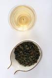 Foglie di tè di Oolong con un vaso Immagine Stock