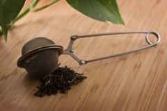Foglie di tè di verde dell'a fogli staccabili con Infuser Fotografie Stock
