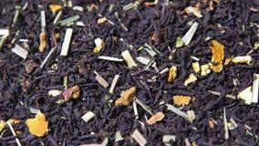 Foglie di tè giranti con l'aggiunta dell'agrume asciutto stock footage