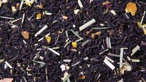 Foglie di tè giranti con l'aggiunta dell'agrume asciutto video d archivio