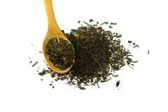 Foglie di tè nere asciutte isolate su fondo bianco Immagini Stock Libere da Diritti