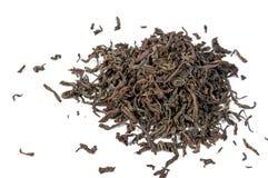 Foglie di tè nere asciutte isolate su fondo bianco Fotografia Stock