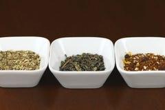 Foglie di tè in piatti quadrati Fotografia Stock Libera da Diritti